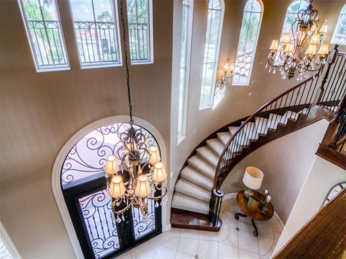 einen Tisch mit Lampe und Kronleuchter beleuchten diese Wendeltreppen Treppenaufgang gestalten