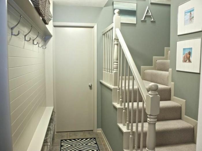Treppenaufgang gestalten - Fotos von Meer an die Wände hängen, coole Garderobe die Buchstabe A, weicher Läufer