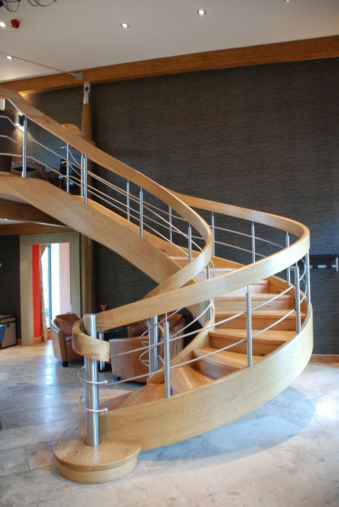Wendeltreppen aus Holz Treppenaufgang gestalten mit Leder Sessel und kleiner Tisch, kleine Deckenleuchte