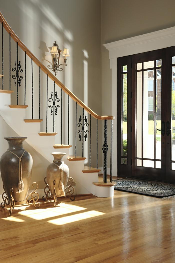 Laminat Boden, zwei antike Vasen, Lampen, schwarzer Teppich Treppenaufgang gestalten