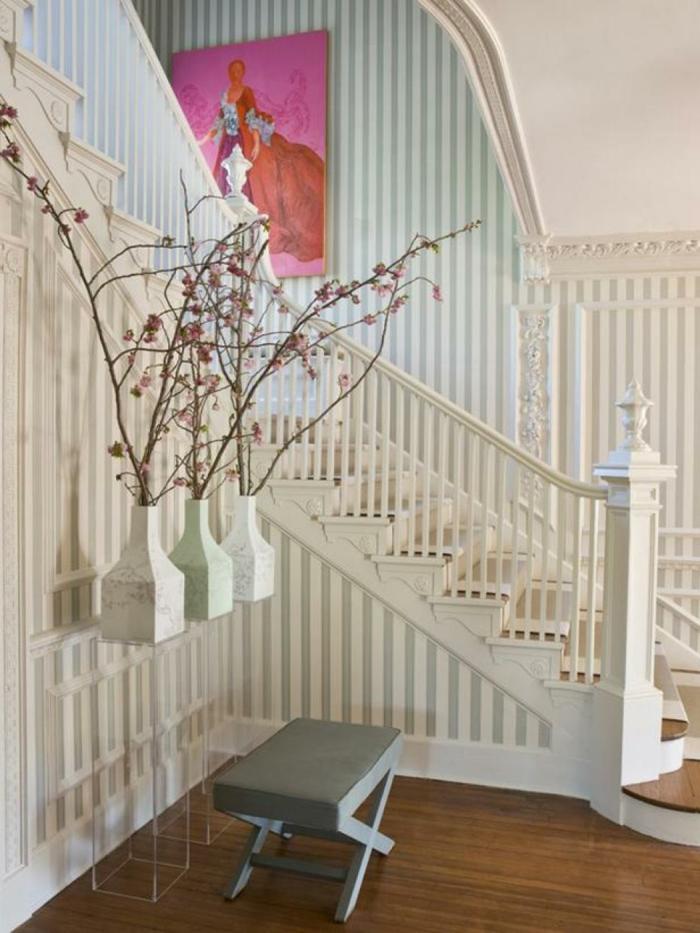 rosa Blumen in drei elegante Vasen - Treppenhaus Ideen gestreifte Wände, rosa Wandbild