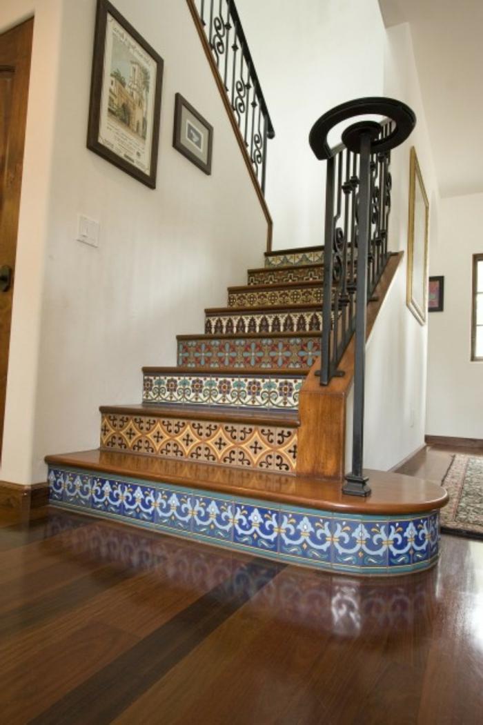 Tapeten Treppenhaus in weißer Farbe, bunte Aufkleber für jede einzelne Treppe