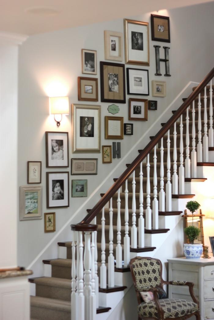 Wandgestaltung Treppenhaus mit viele Fotos und eine Lampe, Sessel mit geometrischem Muster
