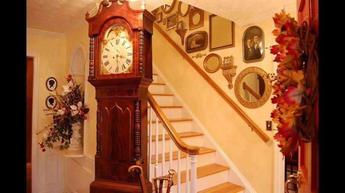 Pendeluhr Spiegel an der Wand, frische Blumen - Wandgestaltung Treppenhaus