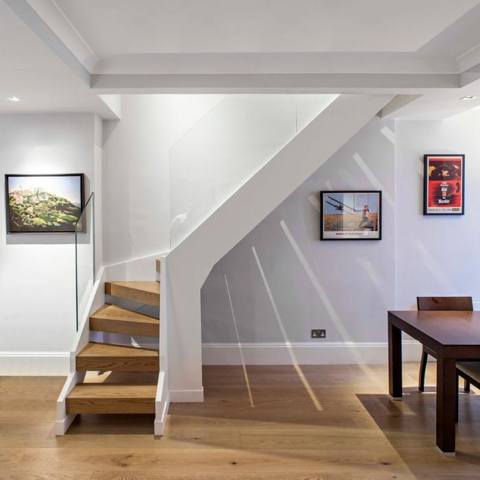 Brüstung aus Glas Wandgestaltung Treppenhaus mit Bildern in verschiedenen Farben