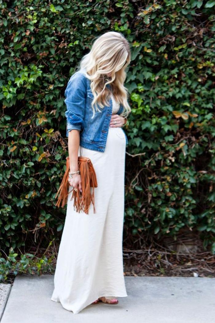 umstandskleid in weiss, jeansjacke, braune ledertasche