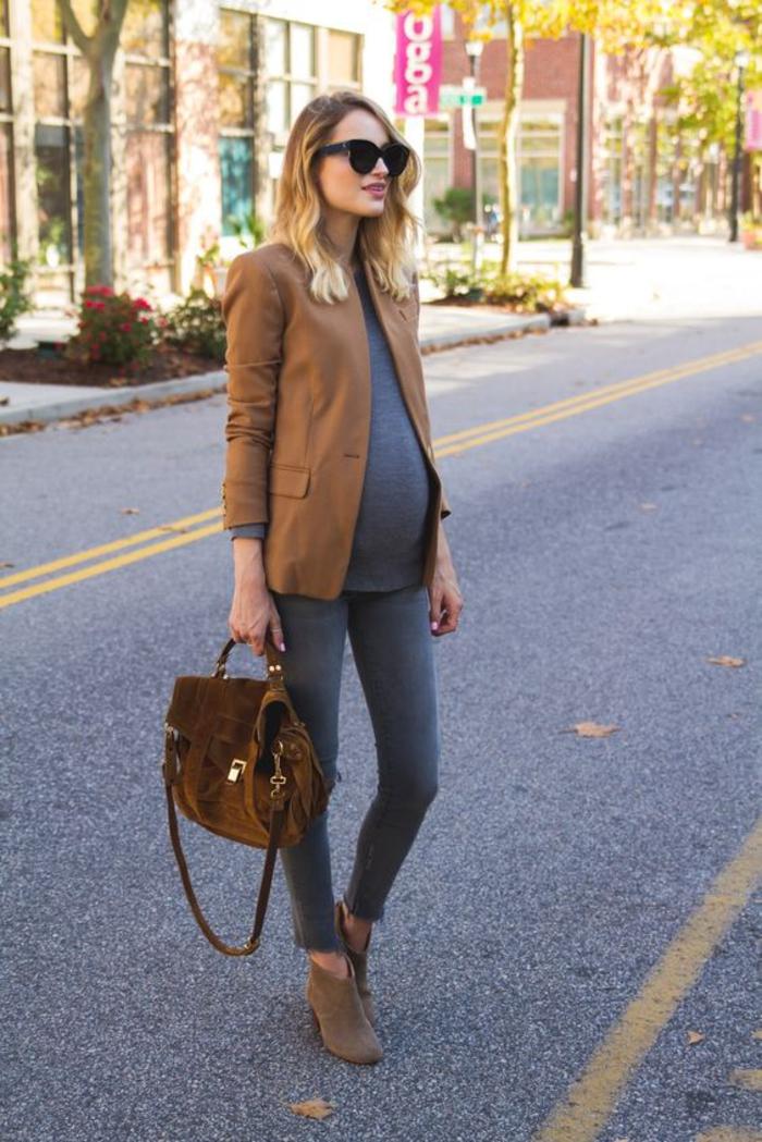 umstandsmode, top, brauner blazer, jeans, velourstasche