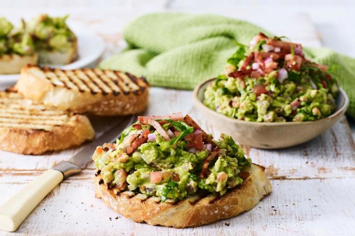 vegetarische gerichte guacamole mini sandwiches messer butterbrot mit avocado tomaten zwiebel