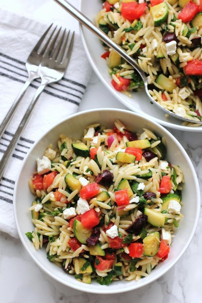 vegetarische rezepte schnell orzo salat mit orzo tomaten gurken käse oliven kräuter gewürze ideen