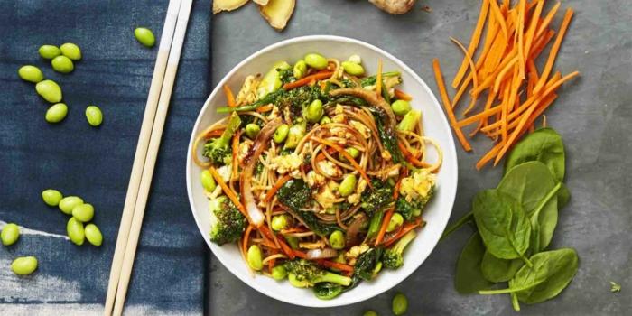 einfache vegetarische gerichte nudeln pasta mit broccoli nüsse möhren und spinat lecker und gesund