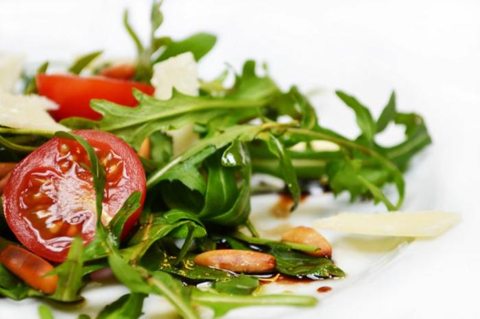 gesunde vegetarische rezepte salad zum abendessen wählen rucola tomaten und nüsse gesunde ernährung