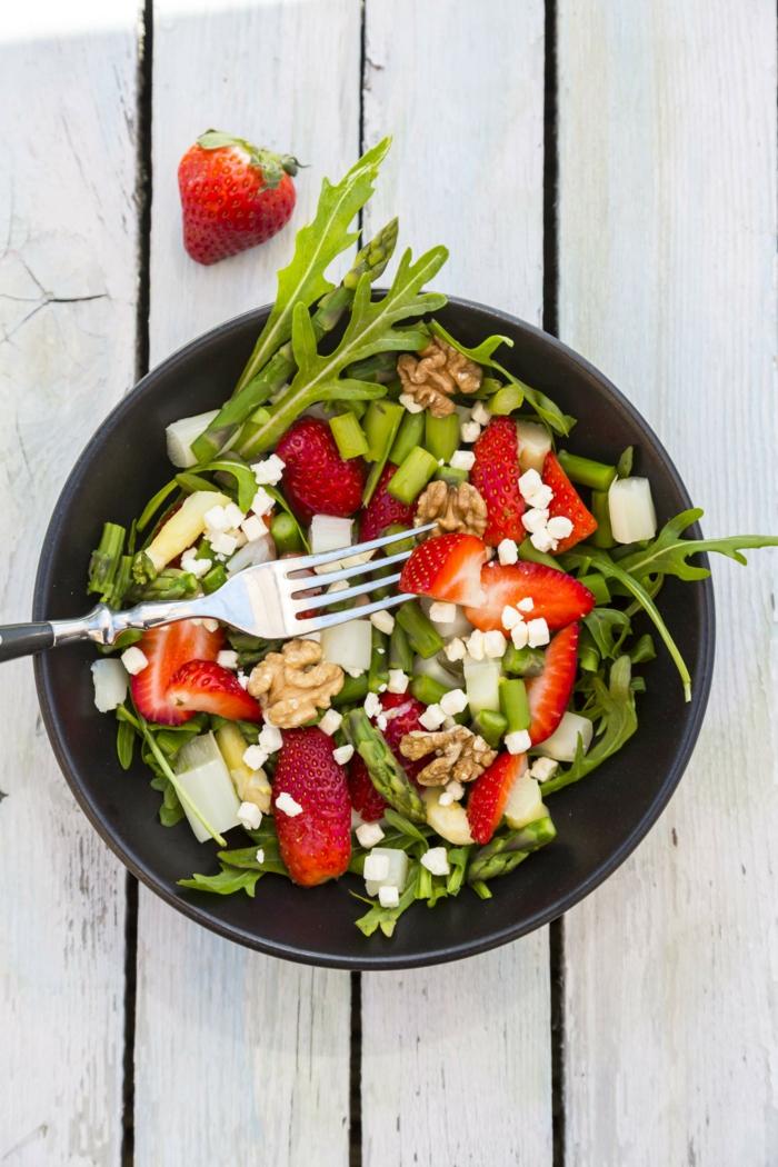 gesunde vegetarische rezepte am abend salat aus rucola walnüsse käse mozzarella und erdbeeren