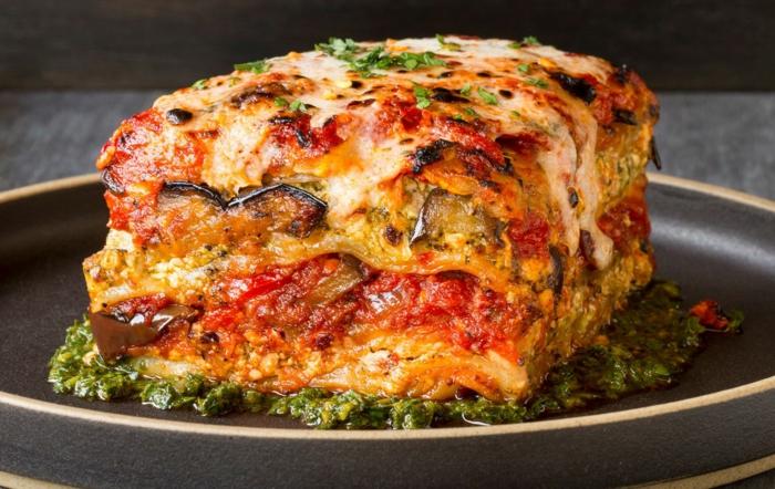 selber gemachte lasagne mit aubergine tomaten und tomatensoße gelber käse mozzarella pesto rezept