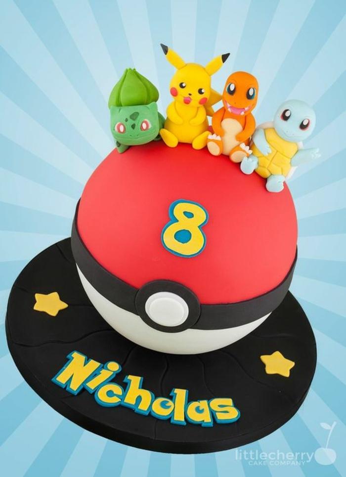 idee für eine rote pokemon torte mit gelben sternen, einem roten pokeball, felben überschriften und vier kleinen pokemon wesen - charmander, pikachu, bulbasur