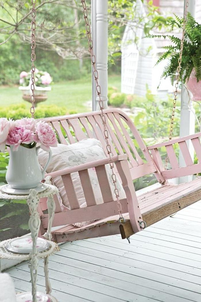 shabby chic moebel, gartenschaukel in rosa, vase mit blumenstrauss