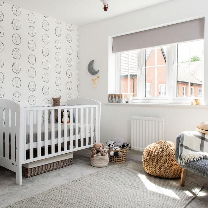 baby kinderzimmer ideen in skandinavischem stil, bodenkissen, babybett weiß