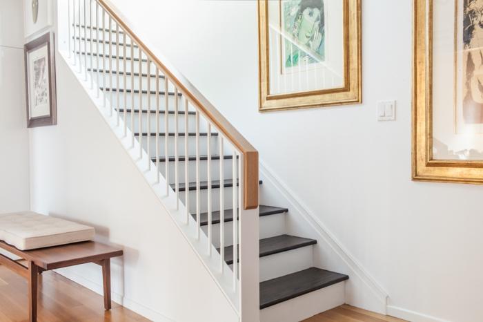 grünes Bild, rosa Bild und lila Bild Wandgestaltung Treppenhaus schwarz weiße Treppe