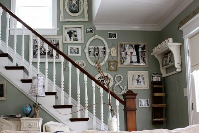 runde und längliche Bilderrahmen mit schwaz weiße Fotos Wandgestaltung Treppenhaus