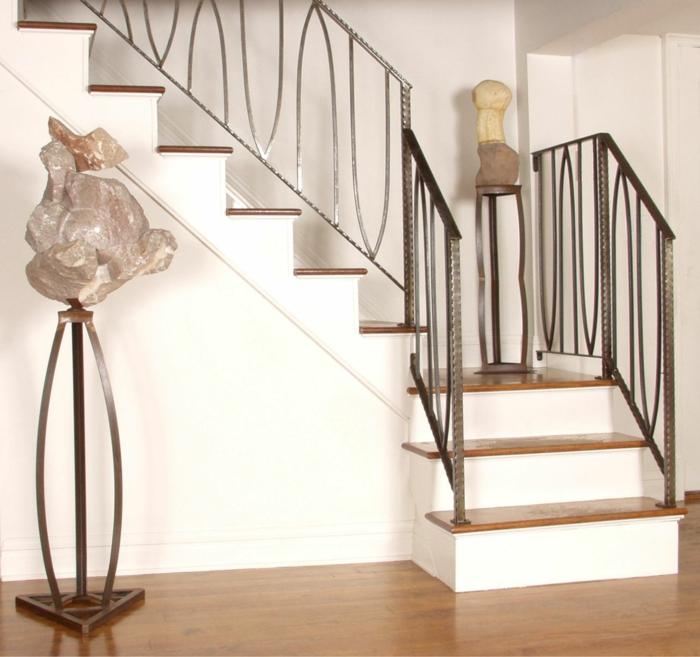 zwei seltsame Skulpturen auf schöne Treppen - Treppenhaus Deko