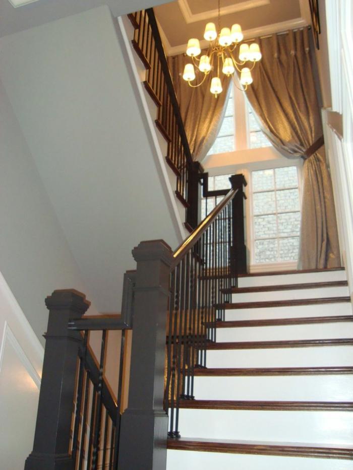 weiße Treppen und schwarze Brüstung, Vorhänge am Fenster - Treppenhaus Deko