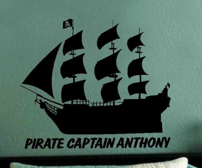 Piratenschiff Wandtattoo mit dem Namen des kleinen Kapitän über das Bett