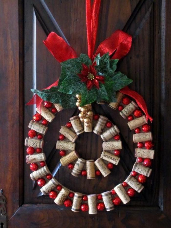 weihnachtsdeko, weihnachtskranz, türdeko, rote weihnachtskugeln, schleife