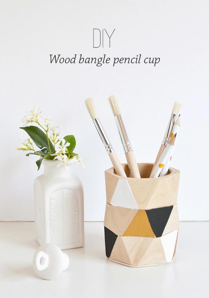 diy stifthalter aus holz dekoriert mit geometrischen figuren, vase, blume, pinsel
