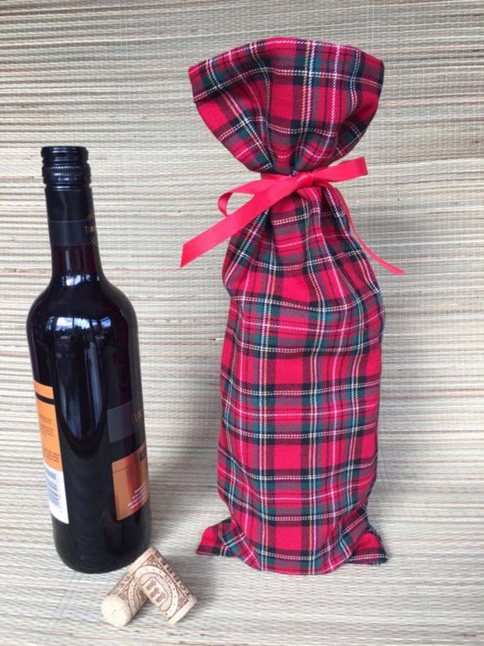 weinflasche mit stoff verpacken, gestreift, rot, mit baendchen, geschenkidee fuer jeden anlass