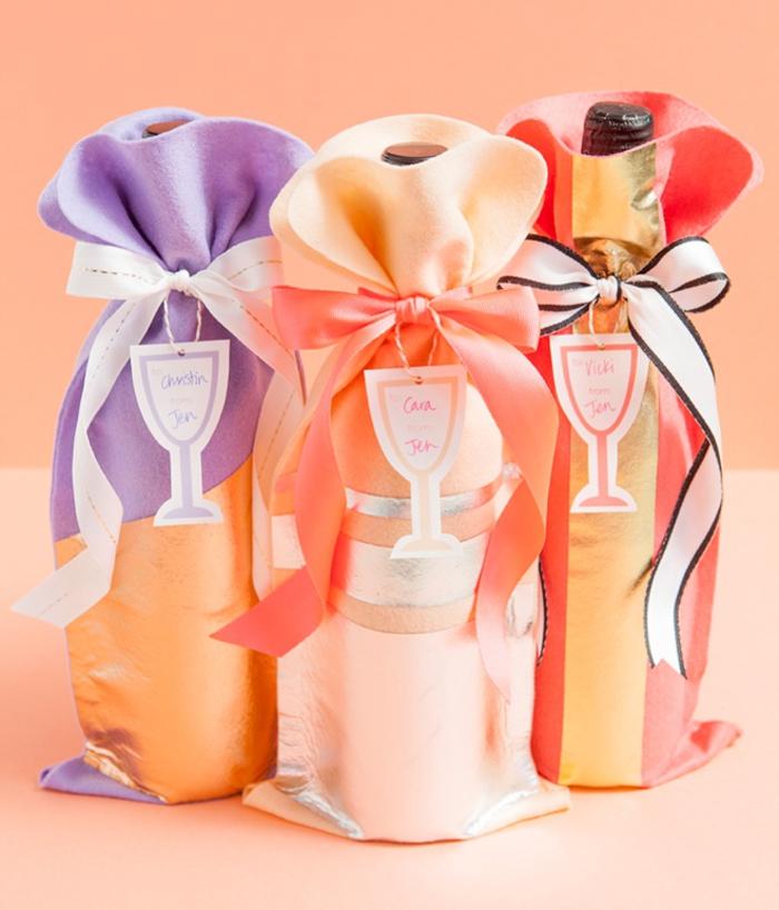 weinflaschen mit stoff verpacken, lila, creme und orange, baendchen, geschenk selber machen