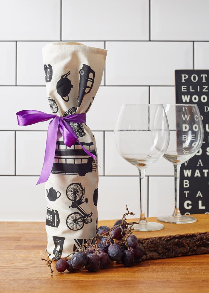 weinflaschen mit stoff verpacken, lila baendchen, wein dekorieren und verschenken