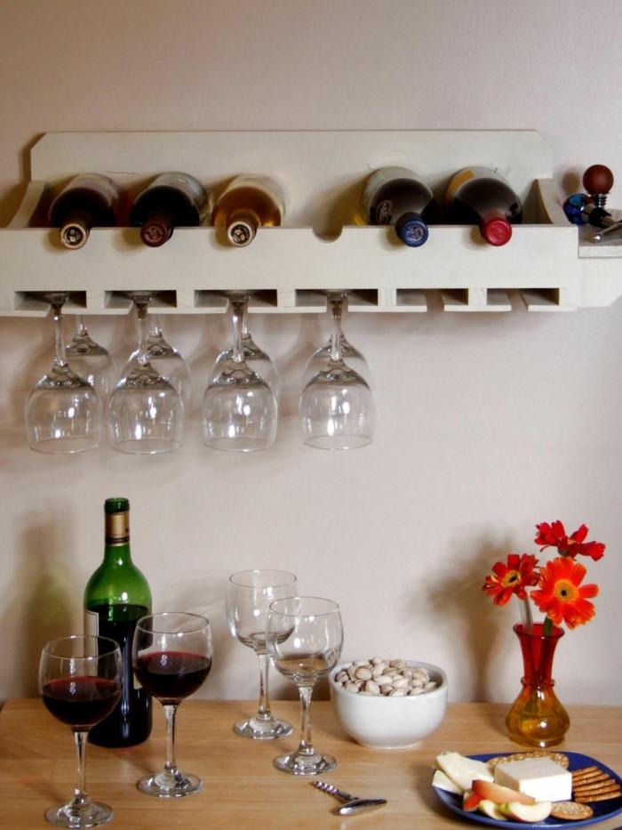weinregal wand ideen gläser vase blumen flasche weißer wein roter wien weinglas idee küche dezent