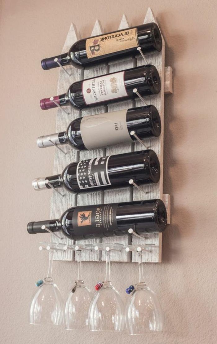 weinregal klein einfach bauen fünf flaschen und vier weingläser roter wein ideen an der wand wein stellen