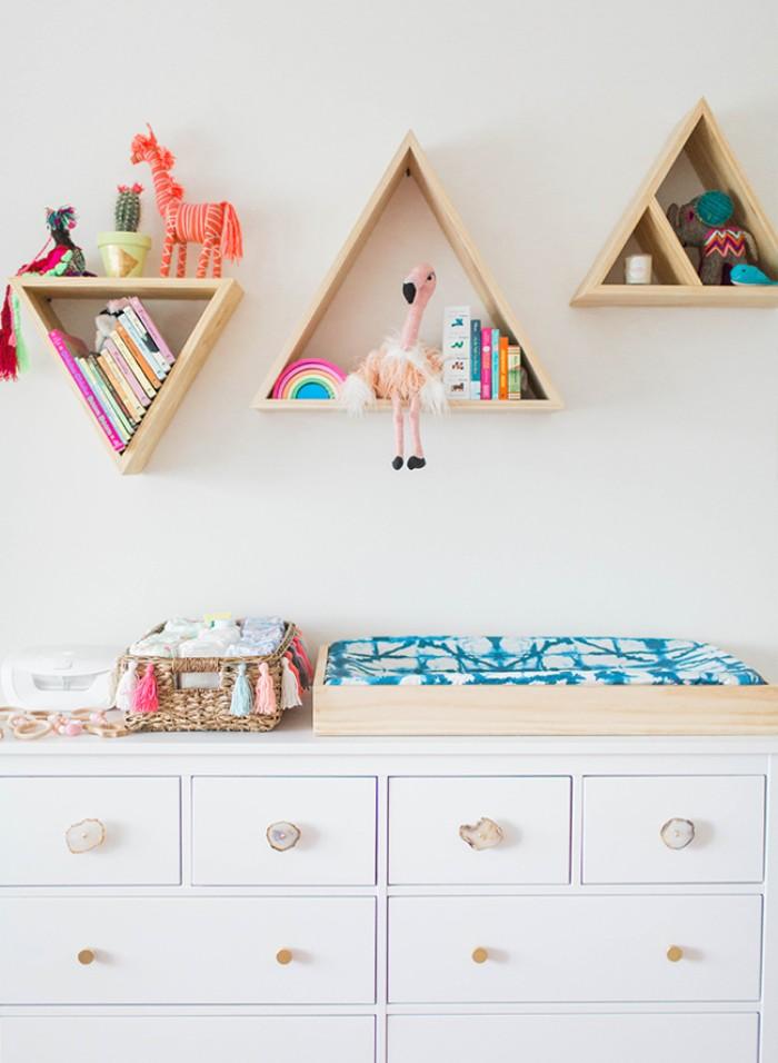 babyzimmer gestalten, ideen für wanddeko, schrank weiß im zimmer, wickeltisch