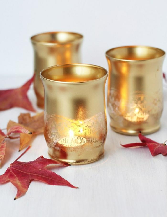 teelichter basteln, teelichthalter aus glas mit goldenem spray dekorieren
