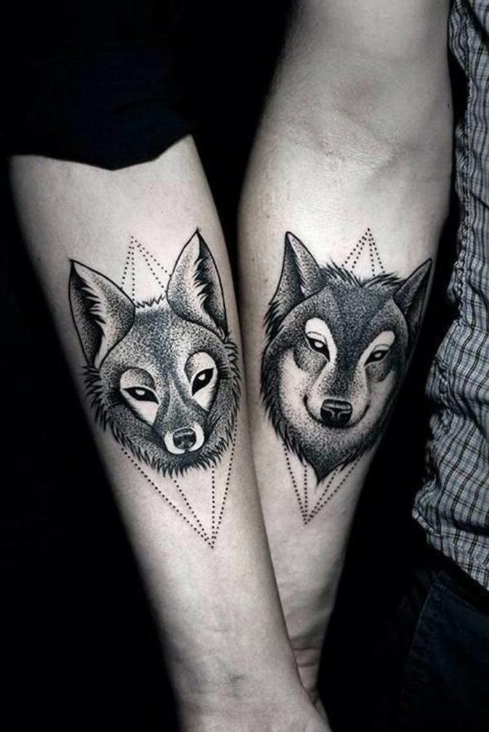 ein liebespaar, zwei hände und zwei tolle schwarze tattoos - ein fuchs und ein schwarzer wolf tattoo