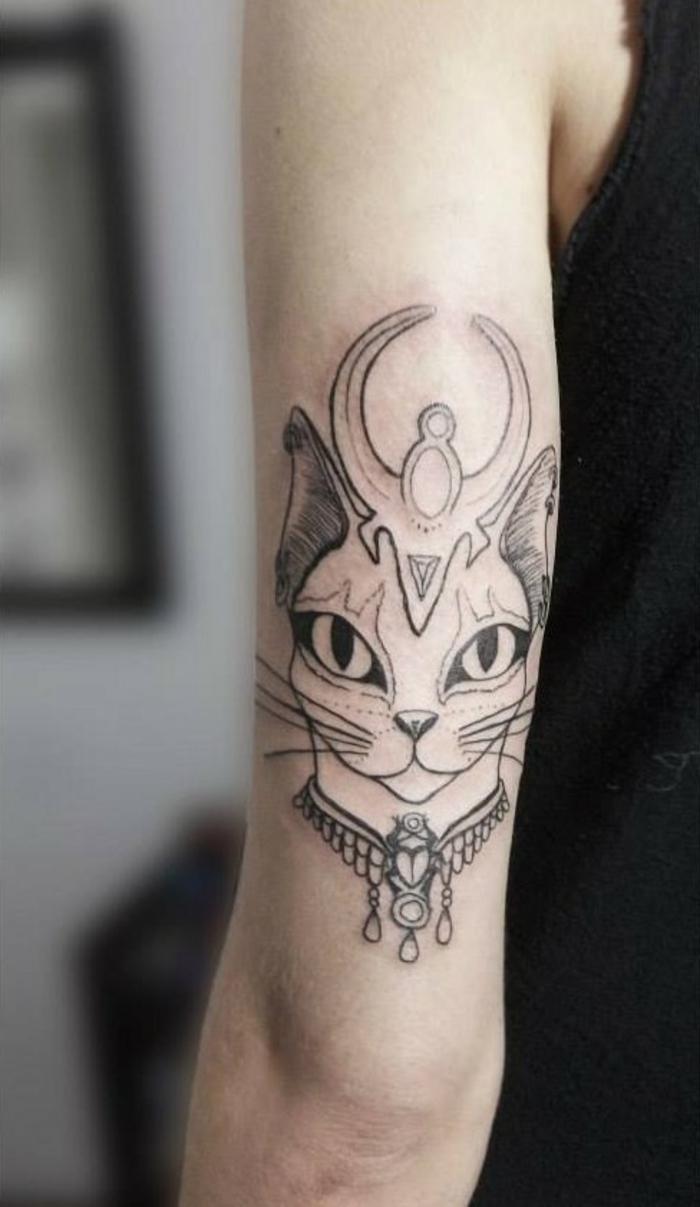 idee für einen katzen tattoo - hier ist eine hand mit einer ägyptischen katze mit großen augen und einer halskette und oberlippenbärten