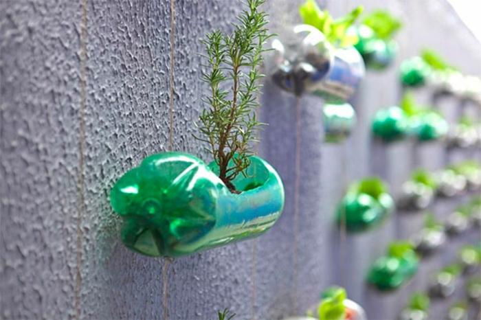 basteln mit plastikflaschen, batonwand, hängende blumetöpfe, pflanzen, diy