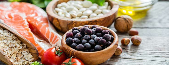 Gesunde Ernährung, Lachsfisch-Filett, Tomaten, Haferflocken, Haselnüsse, Olivenöl, Blaubeeren, Bohnen