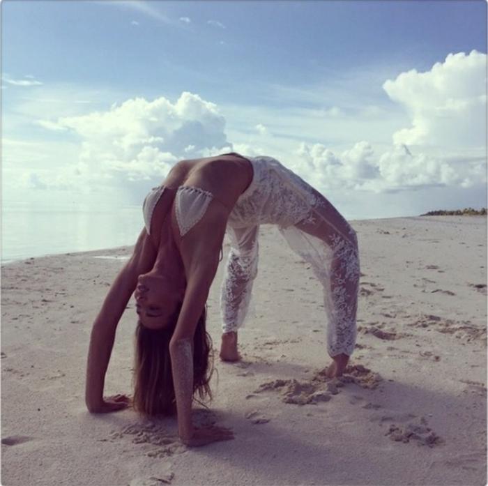 Strandoutfit, Miranda Kerr, weiße Hose mit Spitze, lange Hose, weiße Bikini, lange Haare, Turnübungen
