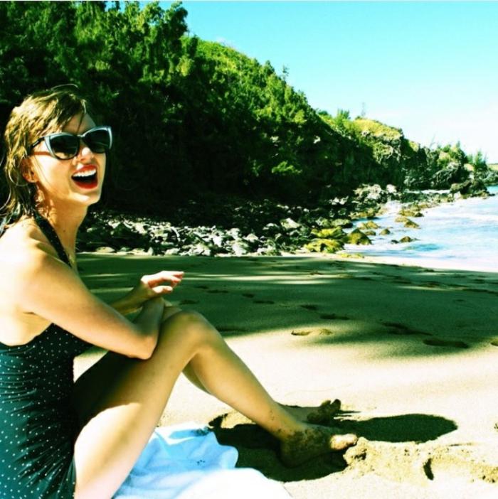 Strandmode 2017, Taylor Swift, vintager Schwimmanzug, Einzelstück in Schwarz, Katzenbrille, blaues Tuch
