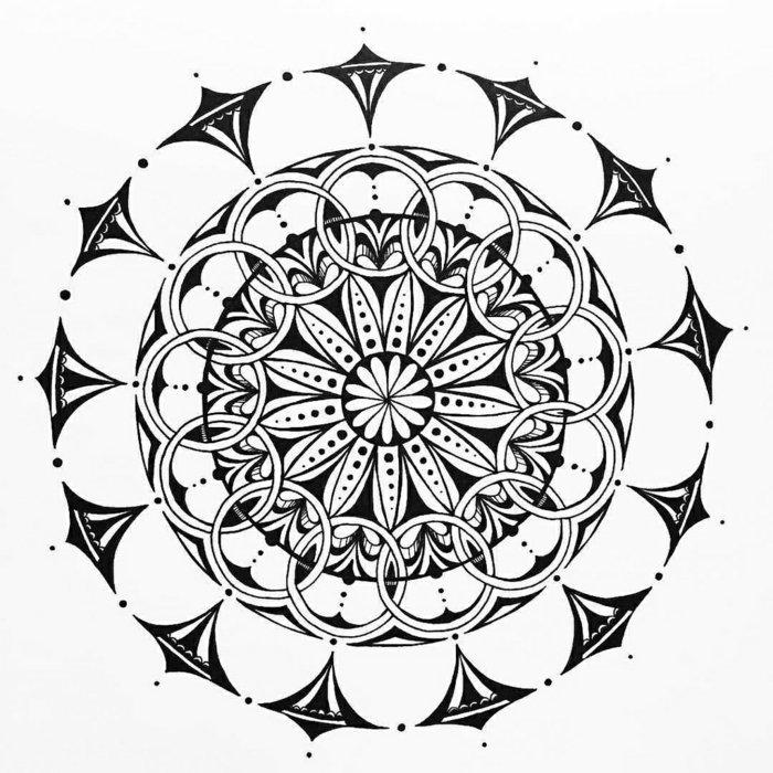 Mandala Vorlagen für Anfänger, viele Kreise, gespitzte Formen, kleine und große Punkte, Blumenmotive