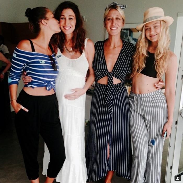 Strandmode, Gigi Hadid mit langen Hosen mit Streifen und schwarzem Schnitt-Oberteil und Strohhut, Sarah Jessica Parker