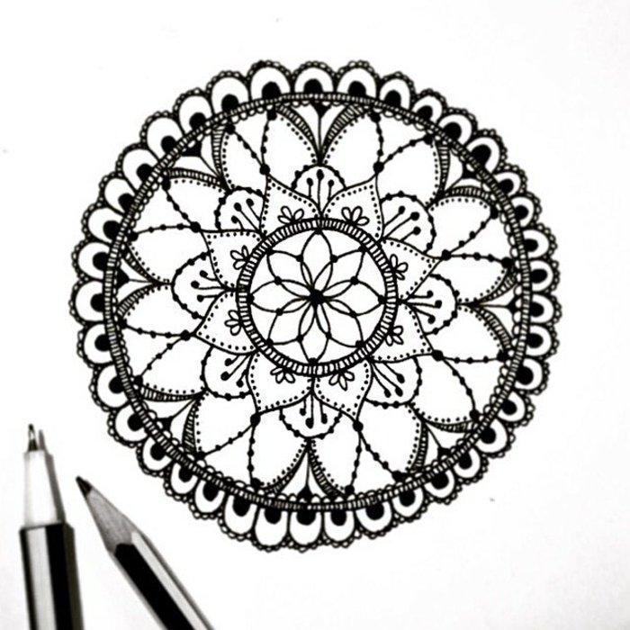 kreisförmiges Mandala zum Ausmalen, einfache Formen, zwei Bleistifte, Halbkreise