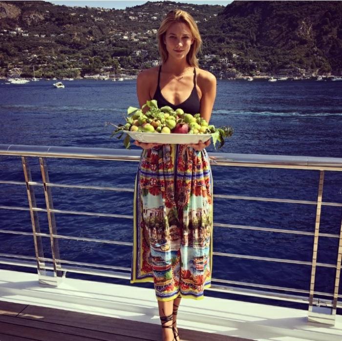 Strandmode, Karlie Kloss, Mittelmeer, bunter mittellanger Rock, schwarze Espadrilles, schwarzer Badeanzug