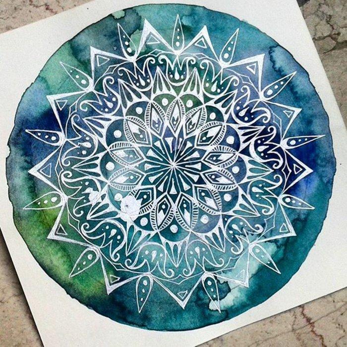 Mandalas mit Wasserfarben malen, ineinander verlaufende Farben, Grün, Blau, Weiß, Marmorfliesen
