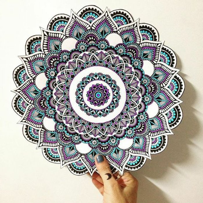 eine Mandala-Schablone zum Ausmalen, viele kleine Details, gespitzte Formen und gerade Linien, Lila, Blau