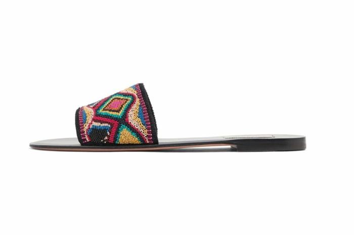 Strandoutfits 2017, flache offene Schuhe mit dünner schwarzen Sohle, inkrustierte Schuhe, Sommerschuhe
