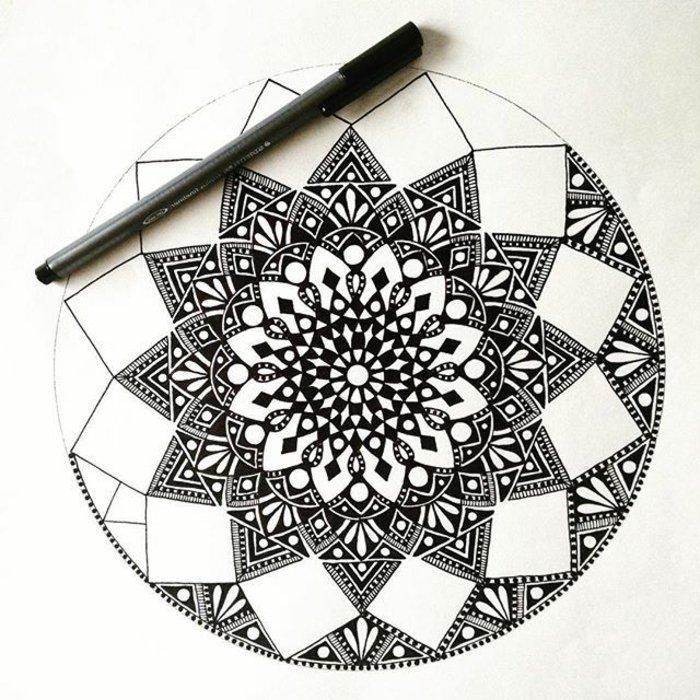 Bilder zum Ausmalen, ein detailiertes Bild, schwarzes Stift, Tiangelformen, quadratische Formen, runde Formen
