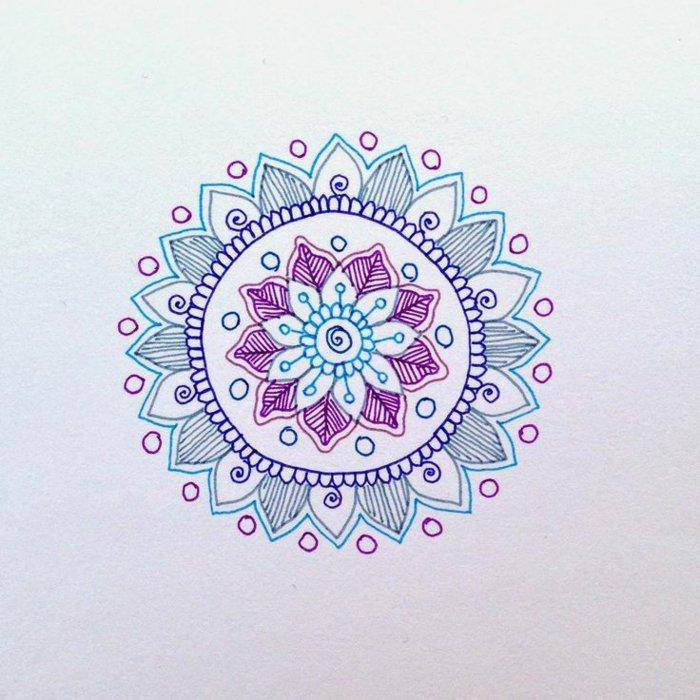 Mandalas können auch nur aus Konturen bestehen, drei Farben, lila, blau, violett, Kreise, Spiralen