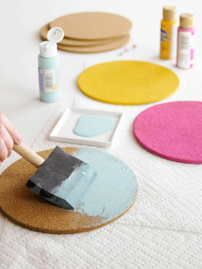 pinnwand selber machen, schwammpinsel, farbe, runde pinnwände bemalen
